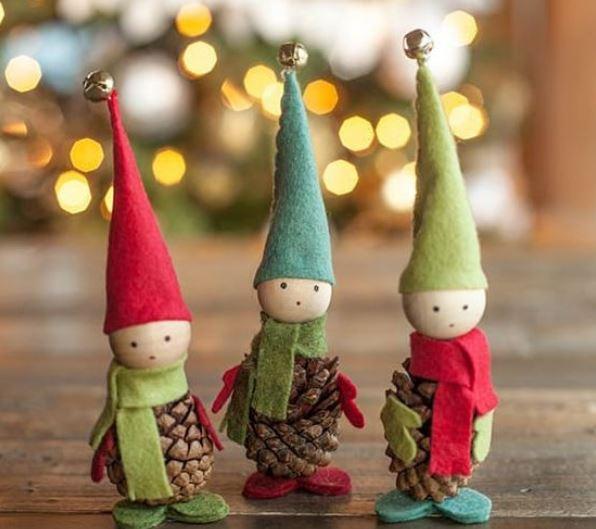 Elfos navideños hechos con piñas / Ecoinventos