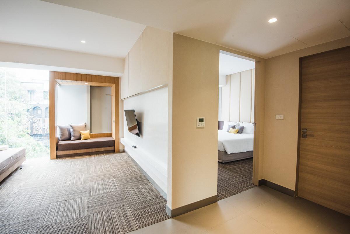 Las 'cajas' de madera son los espacios extra / Two Three Hotel